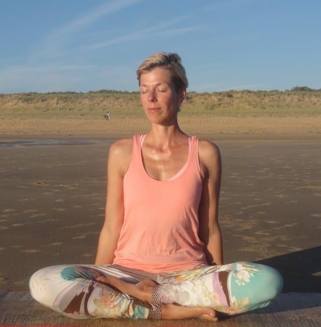 Yvonne im Yogasitz